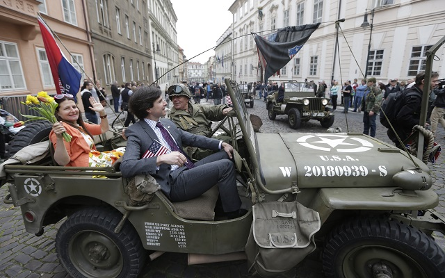 Americký veľvyslanec Andrew Schapiro na Jeepe v strede sa príliš vžil do svojej úlohy gubernátora Českej republiky a snažil sa riadiť aj prezidenta Miloša Zemana