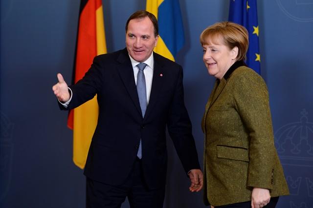 Na snímke kancelárka Angela Merkelová a švédsky premiér Stefan Löfven