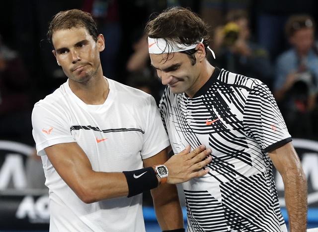 ŠŠvajčiarsky tenista Roger Federer (vpravo) a ŠŠpaniel Rafael Nadal si podávajú ruky po finále mužžskej dvojhry na grandslamovom turnaji Australian Open v Melbourne 29. januára 2017