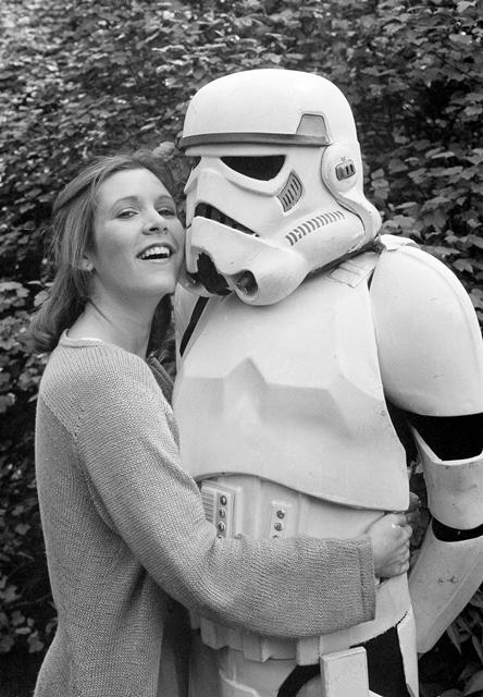 Na snímke z roku 1980 pózuje herečka Carrie Fisherová s postavou stormtroopera počas reklamnej akcie na film Hviezdne vojny.