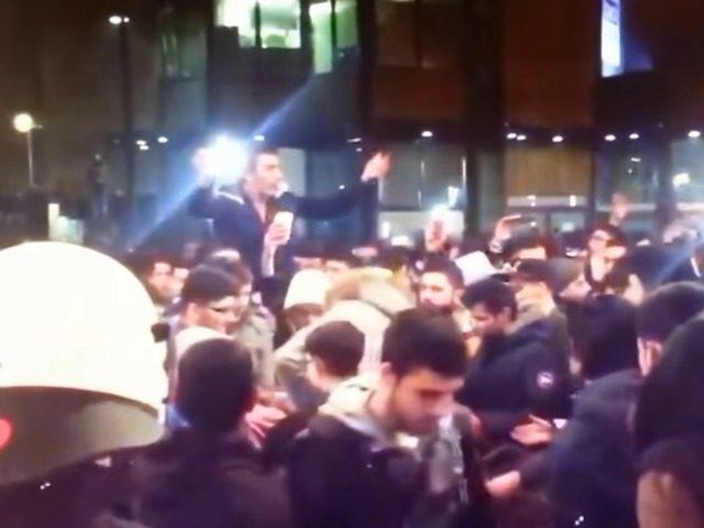 Tisícka mladíkov v Dortmunde zaútočila na políciu a takmer podpálila kostol