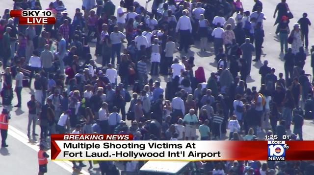 Na snímke ľudia na letisku počas streľby