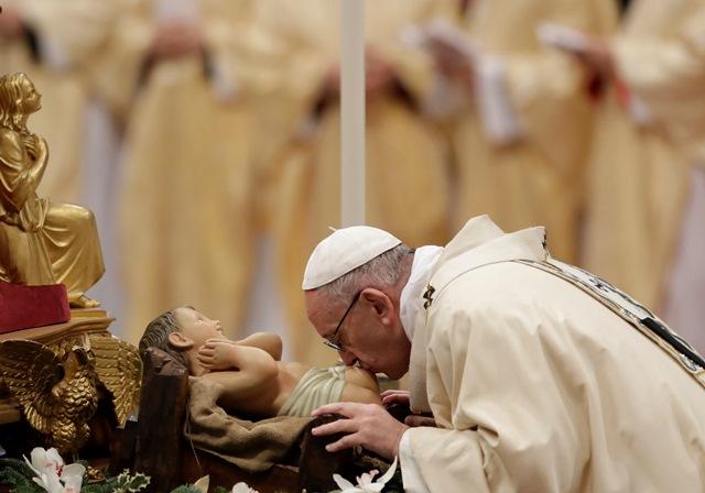 Pápež František celebruje Trojkráľovú svätú omšu v chráme sv. Petra vo Vatikáne