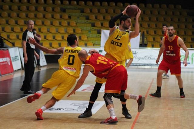 Basketbalisti KB Košice v poslednom vystúpení pred pondeľňajšou dohrávkou kola Prievidza – Košice 92:82 nemali už dostatok ani fyzických, ale ani psychických síl. Súboj s Interom Bratislava, ktorý Košice vyhrali rozdielom ôsmych bodov 88:80 dostali Košičania do tela zabrať, čo dokumentujú to aj zábery z tohto duelu.