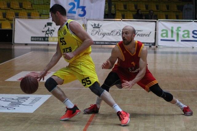 Basketbalisti Interu Bratislava pri neúčasti Radoslava Rančíka sú stále iba polovičným družstvom a jeho tridsať bodové zápisy stále nemá kto nahradiť. Na základe toho sa žlto-čierní  začínajú stále viac prepadávať z čelnej pozície do stredu tabuľky a zdá sa, že o postupovú ôsmu priečku do play-off bude musieť ešte Inter Bratislava tuho bojovať, tak ako to dokumentuje záber zo stretnutia Inter Bratislava – KB Košice, kde body tentoraz po zásluhe brali Košičania. Na snímke v žltých dresoch vidieť domáceho Kozlíka s loptou z Interu Bratislava a v červenom drese v obrannej pozícii rozohrávača Košíc Žiaka.