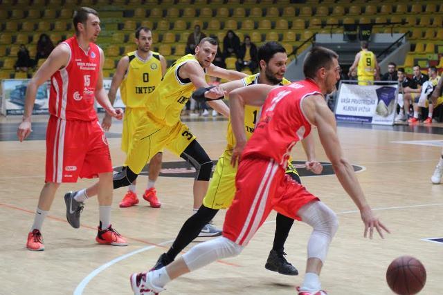 Basketbalistov MBK  Rieker Com Therm Komárno po prehre rozdielom jediného bodu 89:90 na palubovke Hant arény v Bratislave s BK Inter Bratislava čaká dnes ďalšia zaťažkávacia skúška na palubovke Športovej haly v Handlovej s domácim ambicióznym družstvom MBK Handlová, s ktorou majú síce lepšiu bilanciu vzájomných  stretnutí v tejto sezóne, ale to nemusí dnes platiť. Handlovčania sa herne zlepšujú od zápasu k zápasu a hoci majú bilanciu po 28.kole 13 výhier a 13 prehier nemožno ich vôbec podceňovať. Na snímke z tohto duelu vidieť Sinišu Biliča (11) s loptou pri útočnej akcii na kôš Interu Bratislava. V obrannej pozícií vidieť až trojicu brániacich basketbalistov Interu v žlto-čiernych dresoch Páleníka, Hofericu a Vlahoviča. Akciu sleduje Roman Vido spoluhráč Sinišu Biliča z Komárna (na snímke prvý zľava v červenom  drese).