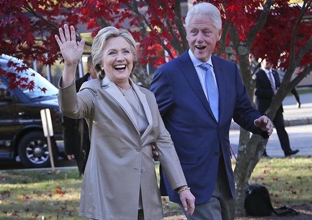 Na archívnej snímke z 8. novembra 2016 demokratická kandidátka na prezidenta Spojených štátov Hillary Clintonová a jej manžel Bill Clinton
