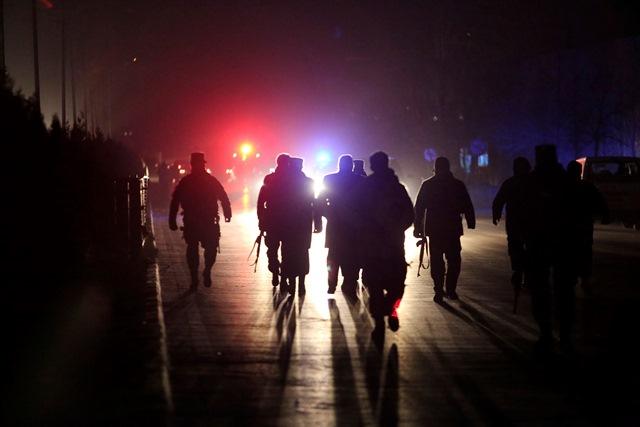 Na snímke hasiči a policajti na mieste výbuchu