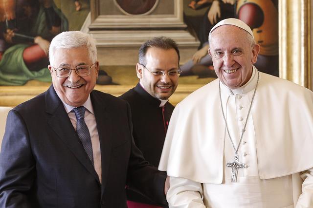 Na snímke palestínsky prezident Mahmoud Abbas a pápež František