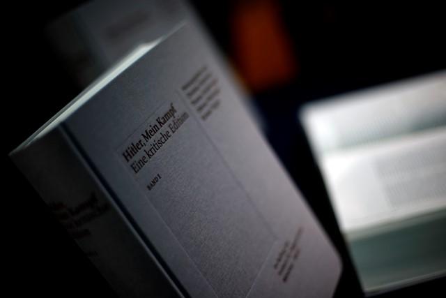 Na snímke ukazujú nové vydanie knihy nacistického vodcu Adolfa Hitlera s názvom Hitler, Mein Kampf - kritické vydanie