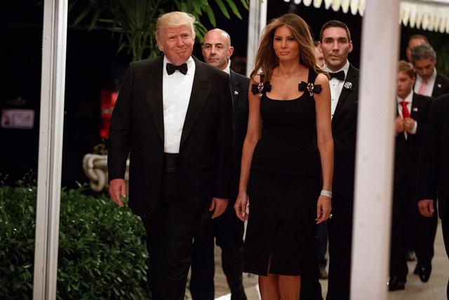 Na snímke Donald Trump s manželkou Melaniou