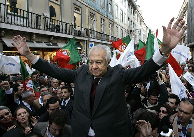Na archívnej snímke Mario Soares - bývalý ortugalský prezident.