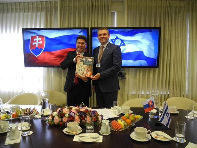 Na snímke vpravo podpredseda vlády SR pre investície a informatizáciu Peter Pellegrini, vľavo izraelský minister pre vedu, techniku a vesmír Ofir Akunis
