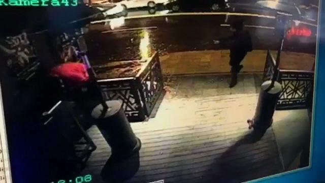Na videosnímke ozbrojený útočník strieľa pred nočným klubom v tureckom Istanbule