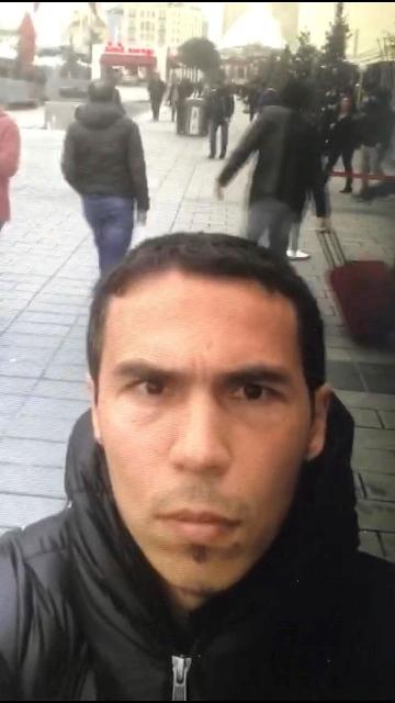 Na snímke neďaleko Námestia Taksim v Istanbule je muž, ktorý je pravdepodobne útočníkom z nočného klubu v Istanbule