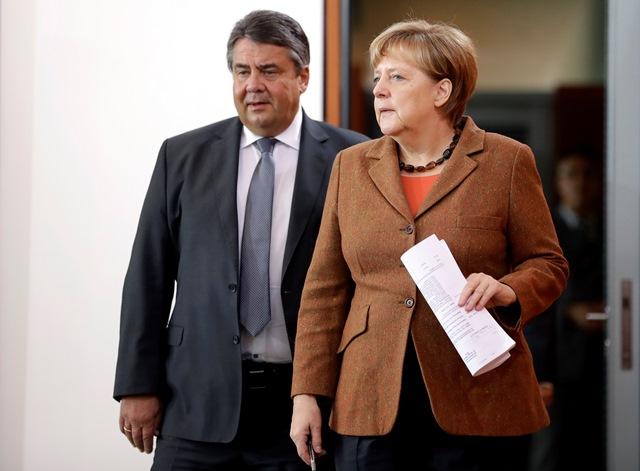 Na snímke nemecká kancelárka Angela Merkelová (vpravo) prichádza s nemeckým vicekancelárom a ministrom hospodárstva Sigmarom Gabrielom