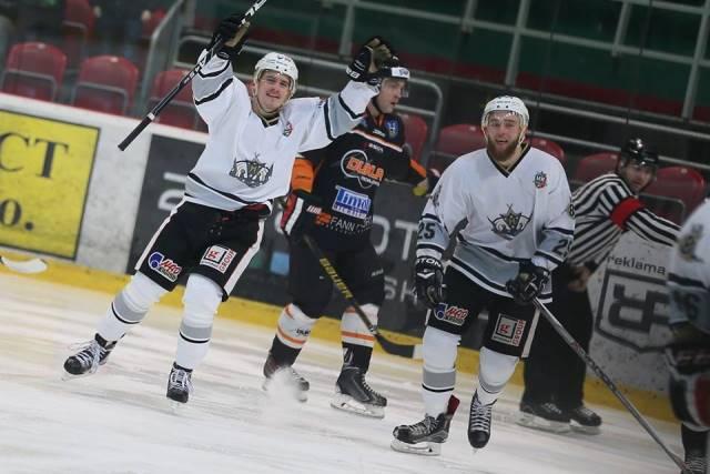 Aj keď sa dvojica skalických hokejistov tešila z dosiahnutého gólu, ako sa hovorí bič najlepšie plieska na koniec. Skalica na začiatku druhej tretiny v 22.min. zaznamenala druhý gól, ale Michalovčania v záverečnej tretej tretine otočili vývoj zápasu vo svoj prospech a 1 minútu a 49 sekúnd pred koncom z hokejky Daniela Hančáka zaznamenali víťazný gól a po výsledku 3:2 hokejisti HK Dukla Michalovce si odviezli domov tri body, keď zvíťazili v normálnom hracom čase.