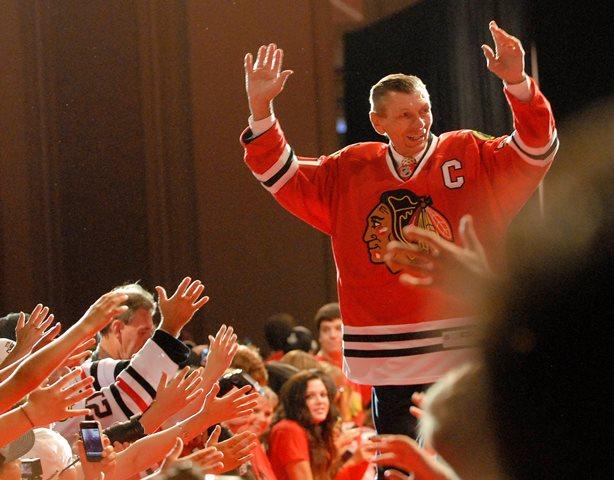 Na snímke bývalý hokejista Chicaga Blackhawks Stan Mikita