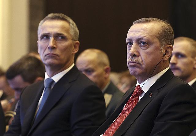 Turecký prezident Recep Tayyip Erdogan (vpravo) a generálny tajomník NATO Jens Stoltenberg