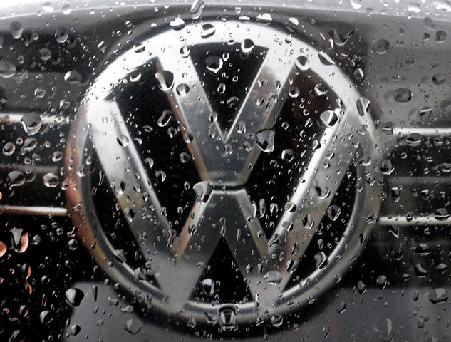 Na snímke pohľad na logo automobilky Volkswagen