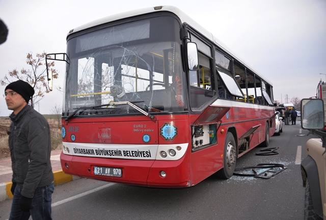 Na snímke zničený autobus po výbuchu bomby
