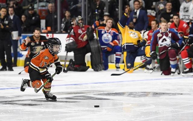 Šesťročný Ryker Kesler, syn útočníka Anaheimu Ryana Keslera počas samostatného nájazdu na brankára Montrealu Canadiens Careyho Pricea počas súťažže zručností v rámci All Star víkendu NHL v Los Angeles 28. januára 2017