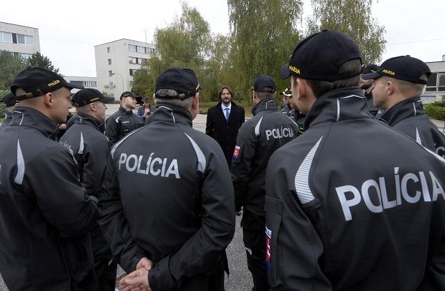 Na snímke minister vnútra SR Robert Kaliňák a policajti