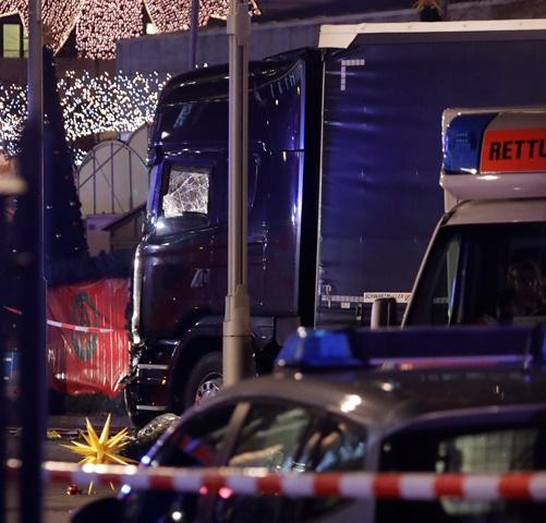 Na snímke poškodené nákladné auto, ktoré vbehlo na preplnené vianočné trhy