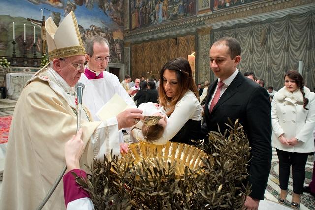 Pápežž Františšek krstí dieťa v Sixtínskej kaplnke vo Vatikáne