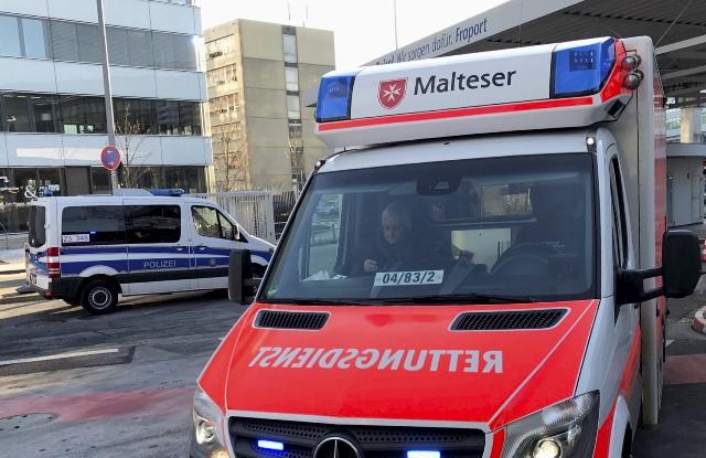 Na snímke pred budovou letiska záchranka a polícia