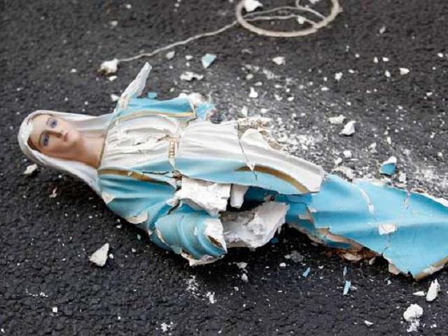Ilustračná snímka: Zničená socha Panny Márie
