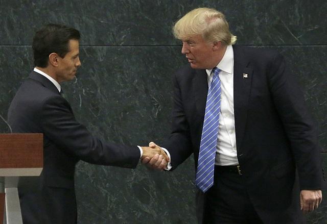 Na archívnej snímke vľavo mexický prezident Enrique Peňa Nieto a americký prezident Donald Trump