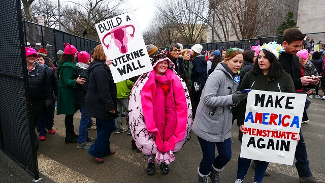Pochodujúce ženy si zrejme ani neuvedomili, že svoj pochod zmenili len na prezentáciu funkčnosti ženských pohlavných orgánov