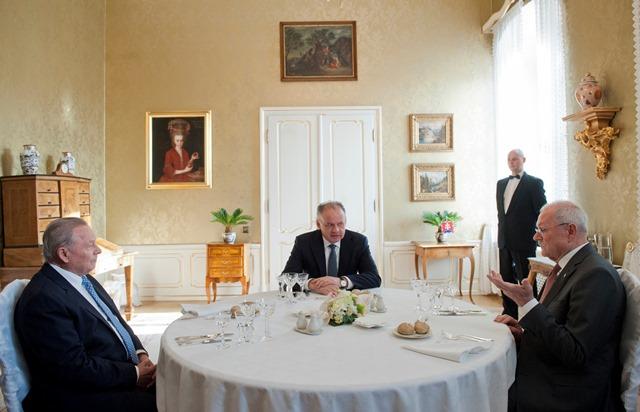 Na snímke prezident SR Andrej Kiska (v strede) so  svojimi predchodcami  Rudolfom Schusterom (vľavo) a Ivanom Gašparovičom (vpravo) na tradičnom spoločnom novoročnom obede
