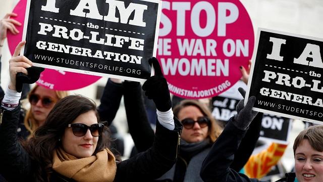Ženy a dievčatá na pochode za život včera vo Washingtone, na ktorom prvýkrát v histórii USA vystúpil aj viceprezident USA so silnou podporou Bieleho domu