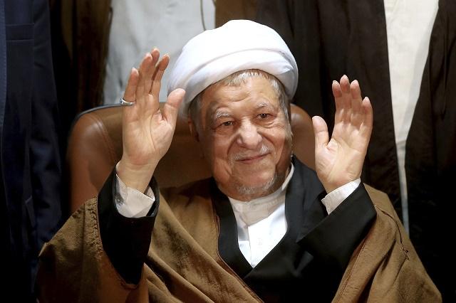 Na archívnej snímke z 21. decembra 2015 bývalý iránsky prezident Alí Akbar Hášimí Rafsandžžání máva novinárom v Teheráne