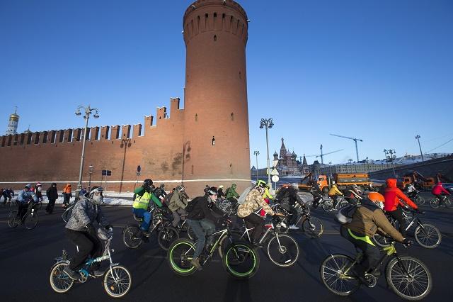 Účastníci druhého zimného cyklistického maratónu jazdia pozd從 rieky Moskva 8. januára 2017