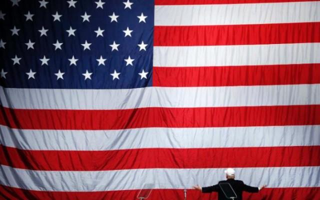 Na snímke Donald Trump salutuje americkú zástavu