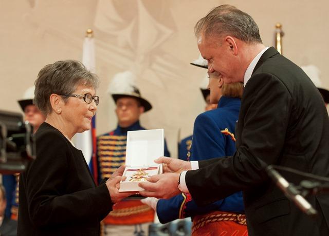 Na snímke právnička a vysokoškolská pedagogička Alexandra Krsková si preberá od prezidenta Slovenskej republiky Andreja Kisku