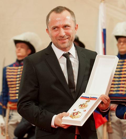 Na snímke organizátor festivalu Pohoda Michal Kaščák drží štátne vyznamenanie - Rad Ľudovíta Štúra II. triedy -, ktoré si prevzal od prezidenta Slovenskej republiky Andreja Kisku
