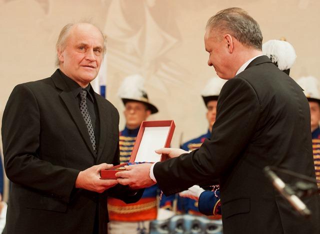 Na snímke hudobník Michael Kocáb si preberá od prezidenta Slovenskej republiky Andreja Kisku štátne vyznamenanie - Rad Bieleho dvojkríža II. triedy -  za mimoriadne zásluhy o všestranný rozvoj vzťahov medzi Českou republikou a Slovenskou republikou a posilnenie postavenia Slovenskej republiky v medzinárodných vzťahoch