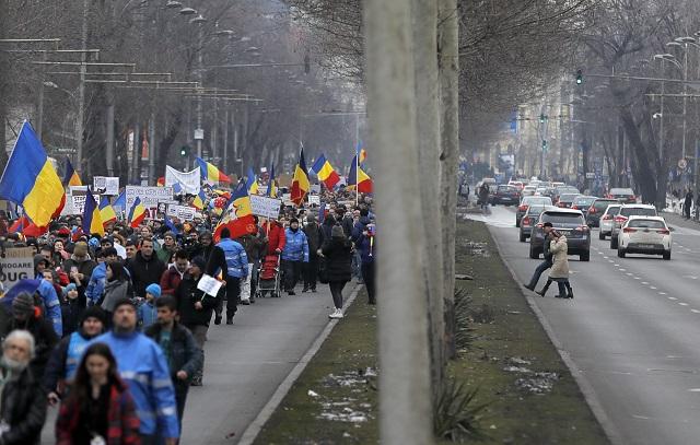 Ľudia pochodujú počas protestu  proti schváleniu vládneho nariadenia umožňujúceho dekriminalizáciu istých zneužití právomocí v Bukurešti