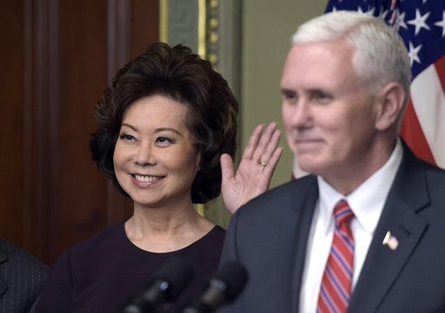 Elaine Chaová zložila v utorok do rúk amerického viceprezidenta Mikea Pencea prísahu ako nová ministerka dopravy