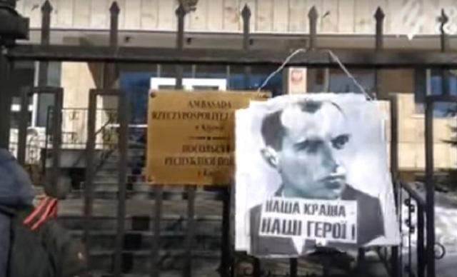 Na veľvyslanectve Poľska v Kyjeve vyvesili Ukrajinci portrét Stepana Banderu