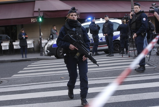 Ozbrojení policajti hliadkujú pred múzeom Louvre v Paríži v piatok 3. februára 2017. Francúzsky policajt spustil v piatok neďaleko múzea Louvre v Paríži streľbu na neznámeho muža, ktorý naňho zaútočil nožom. S odvolaním sa na miestne médiá o tom informovala agentúra DPA. Celú oblasť evakuovali