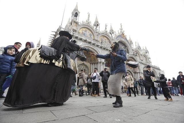 Na snímke ľudia v karnevalových kostýmoch a maskách na Námestí sv. Petra počas Benátskeho karnevalu v Benátkach 11. februára 2017 v Benátkach. Benátsky karneval je najslávnejším z európskych podujatí tohto druhu