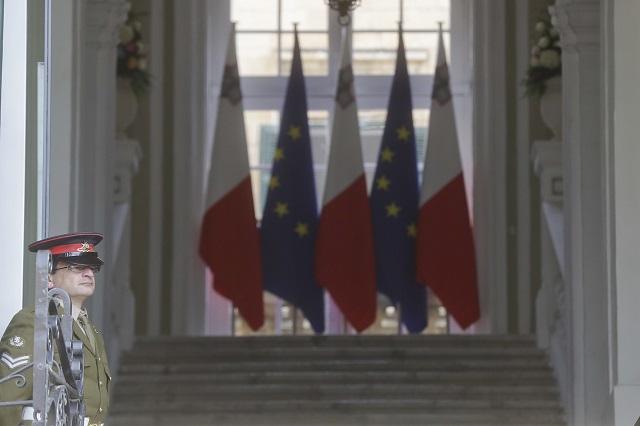 Maltský vojak stojí pred hlavnou bránou paláca Auberge de Castille, ktorý je sídlom premiéra, deň pred summitom EÚ vo Vallette 2. februára 2017. Hlavnou témou neformálneho summitu lídrov Európskej únie (EÚ) na Malte, ktorý sa uskutoční v piatok 3. februára, má byť migrácia