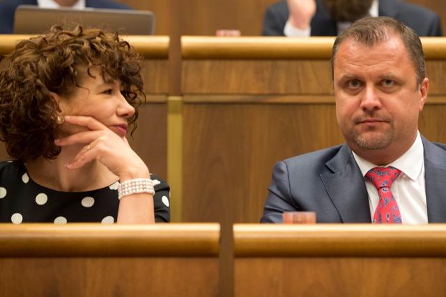 Na snímke podpredsedovia NR SR zľava Lucia Ďuriš Nicholsonová (SaS) a Andrej Hrnčiar (Most-Híd) počas 12. schôdze parlamentu