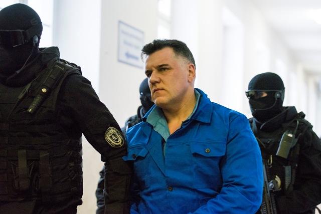 Na snímke bývalý šéf banskobystrického podsvetia Mikuláš Č. v sprievode justičnej polície prichádza na súdne pojednávanie, na ktorom má vypovedať v prípade vraždy zakladateľa bratislavskej skupiny sýkorovcov Miroslava Sýkoru spred takmer 20 rokov
