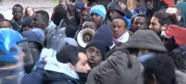 Nepokoje vyvolali somálski imigranti útočiaci na policajtov
